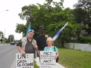 110710 Day 17 Blue Beret vigil vs. Mosque support for Cdn Boat to Gaza, London, ON, Canada. Mark Vandermaas (Blue Berets for Peace) and Pesach Ovadyah (Jewish Defence League)
